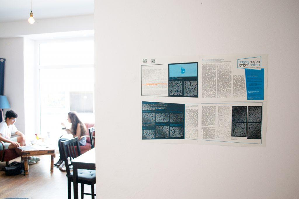 """Die Wandzeitung """"gegenreden"""" an der Wand eines Cafés"""