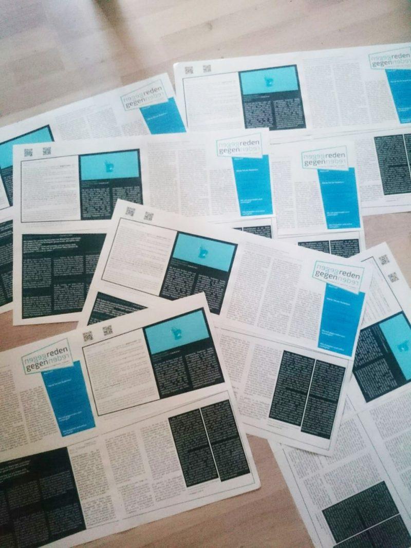 """gedruckte und zusammengekleppte Wandzeitungen """"gegenreden"""" als Haufen auf dem Fußboden"""