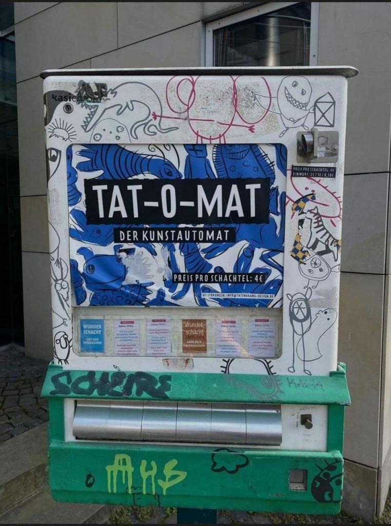 Ein ehemaliger Zigarettenautomat gefüllt mit Kunst von Studierenden der Hochschule für bildende Künste